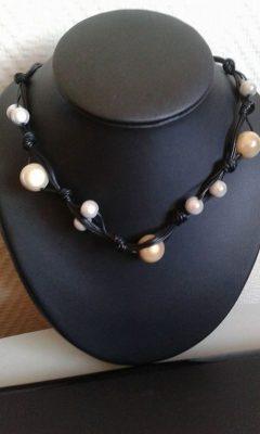 Collier tressé noir perles blanches et beige