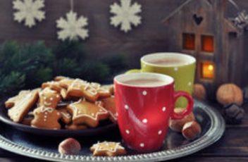 chocolat-chaud-avec-des-biscuits-de-gingembre-35677012