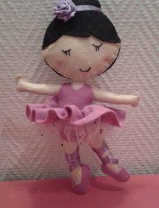 Poupée ballerine en feutrine entièrement cousu main.