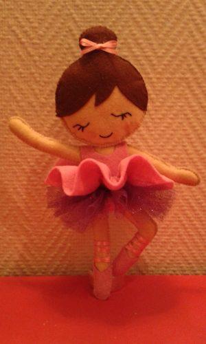 Poupée ballerine en feutrine entièrement cousu main
