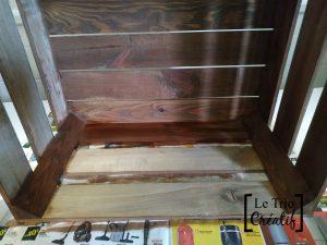 teinter la caisse en bois pour fabriquer une étagère à chaussures